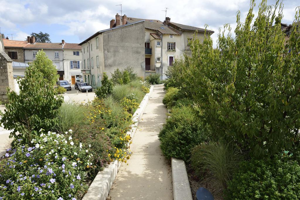 Atelier Alice Tricon / Jardins / Paysages - place de l'Église<br>Aixe-sur-Vienne - Place Armand Fayard, Aixe sur Vienne (87) - Place de l'Eglise Aixe-sur-Vienne la rampe jardin Alice Tricon