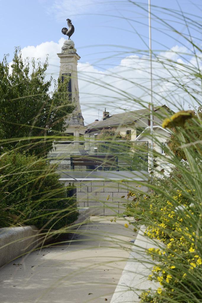 Atelier Alice Tricon / Jardins / Paysages - place de l'Église<br>Aixe-sur-Vienne - Place Armand Fayard, Aixe sur Vienne (87) - Place de l'Eglise Aixe-sur-Vienne  place haute du monument aux morts Alice Tricon