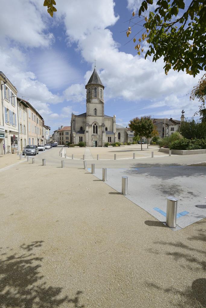 Atelier Alice Tricon / Jardins / Paysages - place de l'Église<br>Aixe-sur-Vienne - Place Armand Fayard, Aixe sur Vienne (87) - Place de l'Eglise Aixe-sur-Vienne profondeur de la place Alice Tricon