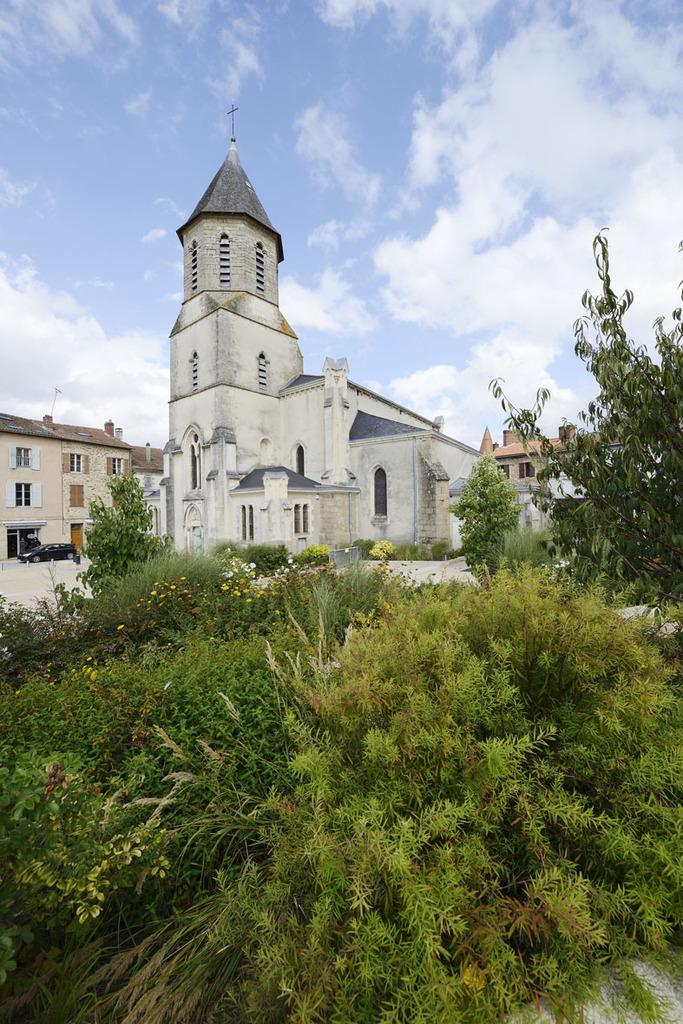 Atelier Alice Tricon / Jardins / Paysages - place de l'Église<br>Aixe-sur-Vienne - Place Armand Fayard, Aixe sur Vienne (87) - Place de l'Eglise Aixe-sur-Vienne vue de la partie haute Alice Tricon